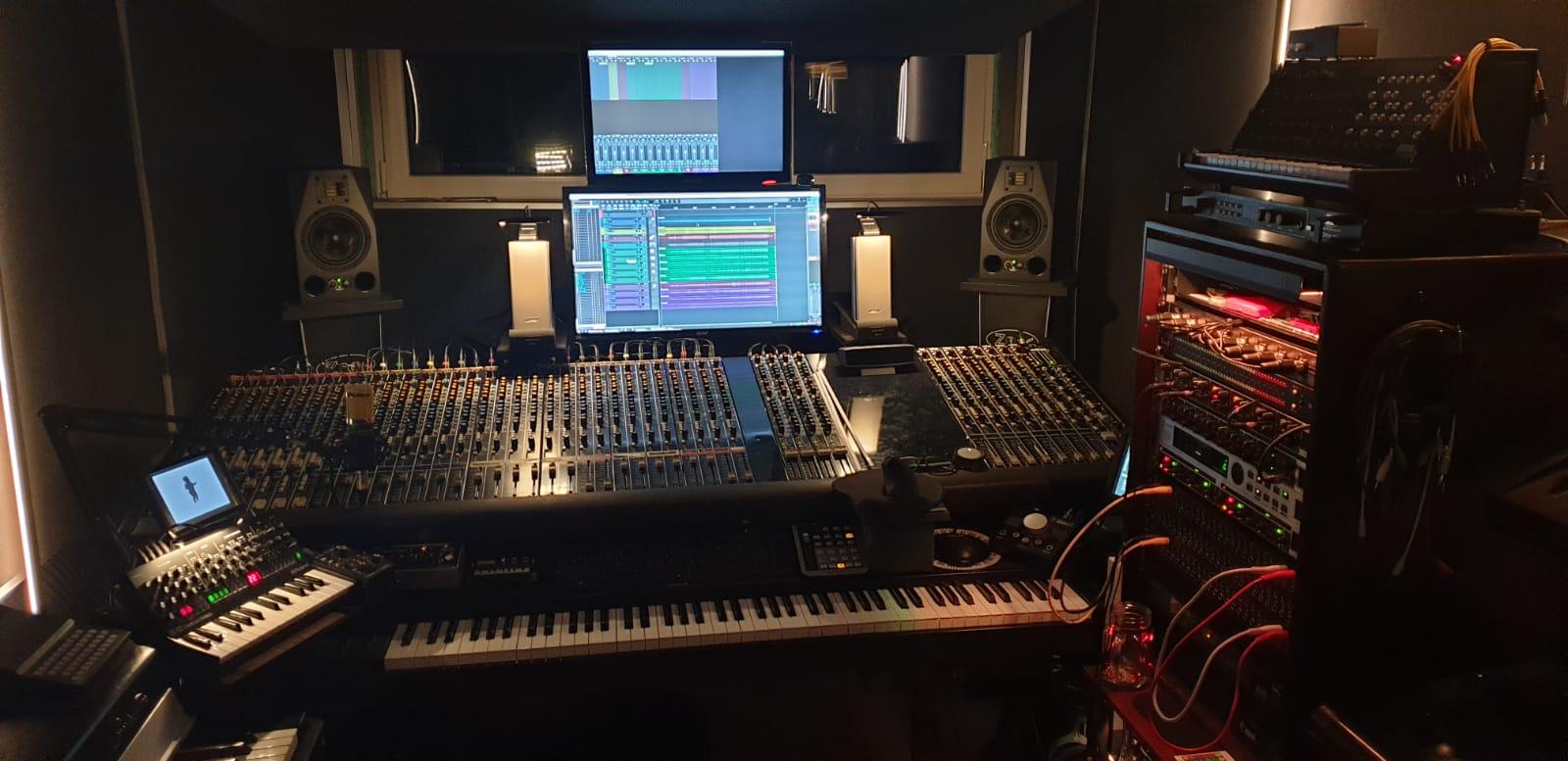 """Akai S3000XL, Roland S-330, ATARI ST mit Unitor, Creator und Cubase 2.01, Commodore-64 mit Midi-IF und \\\""""Supertrack64-Sequenzer\\\"""" sowie \\\""""Messiah-Synthesizer\\\"""", Yamaha DX7, Roland JX8P, Roland SE-02, Roland D-50, Korg M1, Korg N1R, Korg MS-20-USB-Controller mit Legacy-Edition, Dynacord DRP-16, Uher UCT-370CR Kassetten-Deck, Elka EK-44, Novation UltraNova, Heise NanoSynth, Fender Rhodes Mark I (1976) mit Fender Sidekick 60-Verstärker und diversen \\\""""Fußtretern\\\"""", Casio PT-82, Mini-Theremin, Roland R8M, Roland Super-JV (JV-1080), Behringer Neutron mit Overlay, Korg SQ-1 Sequenzer, Korg NTS-1, Brunswick Synthesizer, Modal Craft Rhythm, ZX-DRUM (Selbstbau auf Arduino-Basis - emuliert eine Korg MiniPops), Doepfer Dark Link Midi2CV, Mitec-EX-Mischpult (32 Kanal), Behringer RX-1602, Behringer HA-6000, Behringer MDX-1400, diverse Mikrofone, Motu-24io (PCIe), Patchbay-System, Niche Audio-Control-Module (Midi/Audio), Focusrite Scarlett 6/6, iConnectivity Mio-XL, Reaper-DAW/Windows, Presonus Faderprot (V1), Sinclair ZX81 mit MIDI-OUT, Selbstbau-Synth (ZX-One), Mackie BigKnob, Adam A7X-Monitore, Bose-Companion20-Monitore, diverse Selbstbau Filter und viel Kram, den ich gar nicht brauche..."""
