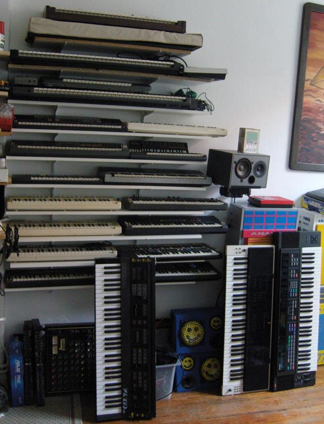 ca. 60 circuit bent Instrumente diverser Genre